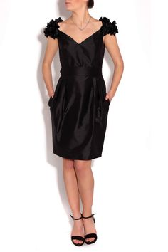 Vestido negro cuello pico de Amaya Arzuaga y zapatos de Serena Whitehaven