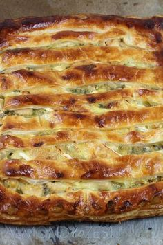 Chicken, Leek and Brie Pie Chicken, Leek and Brie Pie – Comfort food never tasted so good with leeks cooked to a sweet caramelized state, mixed with chunks of juicy chicken pieces! Quiches, Savory Pastry, Savoury Pies, Savoury Baking, Great Recipes, Favorite Recipes, Wontons, Cooking Recipes, Healthy Recipes