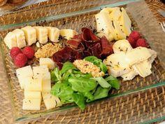Tabla de quesos asturianos con cecina, frambuesas, canónigos y praliné de almendras