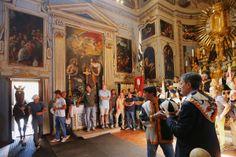 Palio del 16 agosto 2013 Il Cavallo della Lupa viene condotto nell'Oratorio di San Rocco per la benedizione. Foto Fabio Muzzi/Getty Images su http://darkroom.baltimoresun.com/