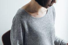 草露白(くさのつゆしろし)カシミヤのセーターとストール  ガーゼのような空気を含んだ軽い着心地と、モンゴルのピュアカシミヤ特有のあたたかさをあわせ持つ、まいにち着ていたくなるカシミヤセーターをつくりました。横に広く前に深い首まわりは、女性の鎖骨を美しく見せてくれます。また、裾や袖の始末を天竺の袋編みでシンプルに仕立てることにより、着る場面を選ばないカジュアルな印象の1枚に仕立てました。明るい印象のライトグレー、シックなグレーの2色展開です。  ¥24,840  #カシミヤ #cashmere #knit #ニット #セーター