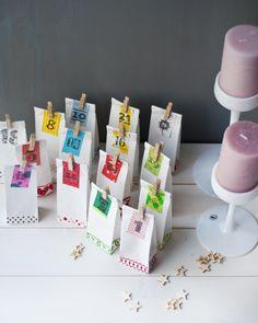 """Susanne vom """"Serendipity""""-Blog schickte uns ihre Adventskalender-Kreation. Sie schreibt: """"Ich habe einfache weiße Tütchen genommen, diese mit Masking-Tape verziert und eure Adventsmarken mit kleinen Holzklammern dran befestigt."""""""