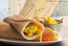 Do You know this crepe? It comes from to India and the name is Masala Dosa. The dough is made from rice and the filling takes mashed potatoes, coconut sauce, lentils and tomato sauce. Do you think it is a good meal for lunch? But the indians eat Masala Dosa for breakfast! The most important meal of the day supports until lunch. #localfood #Índia #MasalaDosa