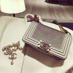Ce petit Chanel est LE it-bag pour passer une bonne soirée ! // www.leasyluxe.com #chanel #hautecouture #leasyluxe