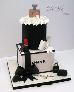 Another version of my Chanel cake but with red lipstick this time especially for the birthday girl! Chanel Torte, Chanel Cake, Chanel Cookies, Girly Cakes, Fancy Cakes, Cute Cakes, Make Up Torte, Make Up Cake, Bolo Channel