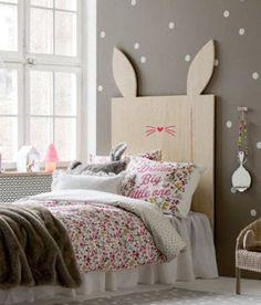 A proposta desta cabeceira, com orelhas e focinho de coelho, é de trazer ainda mais delicadeza e diversão a este quarto de uma garotinha.