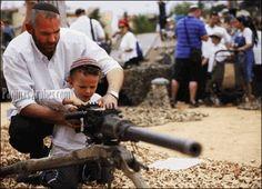Los sionistas llaman terroristas a los niños Palestinos por lanzar piedras. ¿este hijo de colono será pacifista?
