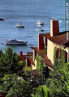 Fotos de Solanas y Casapueblo en Punta Ballena, Uruguay Montevideo, Bolivia, Ecuador, Outdoor Chairs, Outdoor Decor, Chiaroscuro, Surface Area, Small World, Beautiful Beaches
