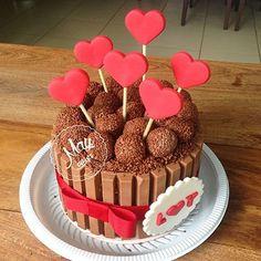 Bolo lindo de hoje!!! Que tal presentear no dia dos namorados com delicias @maycakess #cake #bolo #kitkat #morango #leiteninho #chocolate #personalizado #comamor #LeY #brigadeiro #callebaut #belga #pastaamericana #maycakes