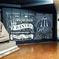 Primeira parte de um trabalho que estou tendo a alegria de realizar. Trabalhos como este a gente nunca esquece! #chalkboard @cafeipic Blackboard Art, Chalkboard Lettering, Chalkboard Designs, Black Chalkboard, Sign Design, Cafe Design, Christmas Chalkboard, Cafe Art, Stencil Designs