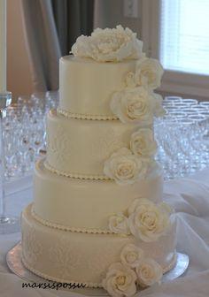 Hääkakkuun toivottiin muhkeaa ruusuputousta ja kakkupinnan hentoa kuviointia. Täytteenä tummassa kakkupohjassa vadelma- ja vaniljamousse... Ideas Para, Biscuit, Toyota, Wedding Cakes, Desserts, Recipes, Cakes, Wedding Gown Cakes, Tailgate Desserts