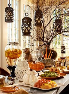 Get ready for this Halloween holiday by getting inspired with the most beauriful decoration ideas. More than twenty halloween decor ideas you can copy for your home. Table Halloween, Soirée Halloween, Halloween Party Decor, Holidays Halloween, Halloween Lighting, Classy Halloween, Halloween Birthday, Pottery Barn Halloween, Country Halloween