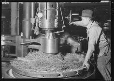 Eddystone, Pennsylvania -Railroad parts. Baldwin Locomotive Works. Machinist, milling down part of a drive-shaft on... -_NARA_