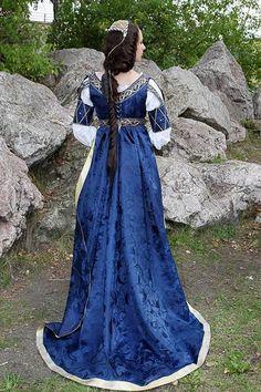 Old Fashioned Clothes : Burgundian dress backside Italian Renaissance Dress, Mode Renaissance, Renaissance Fair Costume, Medieval Gown, Medieval Costume, Renaissance Fashion, Renaissance Clothing, Historical Costume, Historical Clothing