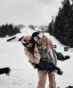 Ski pals skiiiing baby winter photography, snow pictures ve Mode Au Ski, Foto Poster, Snow Pictures, Bff Pictures, Ski Season, Ski And Snowboard, Snowboarding Style, Ski Ski, Best Friend Pictures