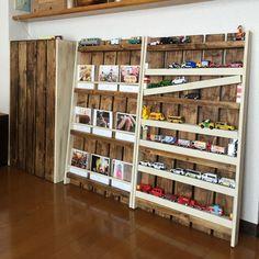 本棚というよりかは壁一面をマガジンラックにする。 表紙がおしゃれなものが多いと思うし、雑誌の方がサクッと読めていい気がする。
