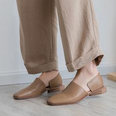 5 Spring 2019 Shoe Trends You Can Start Buying Right Now Spring shoe trends you can start to shop right now Moda Fashion, Fashion Shoes, Women's Pumps, Shoes Heels, Flat Shoes, High Heels, Mules Shoes, Studded Heels, Mary Jane Pumps