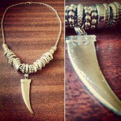 Collar colmillo! Charm Jewelry, Jewelry Art, Fashion Jewelry, Arrow Necklace, Pendant Necklace, Jewelry Tattoo, Bone Carving, Beading Patterns, Hippie Boho