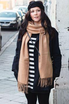 Kleidermädchen präsentiert ein Outfit mit gestreiften Mango Kleid und einen Kurz-Mantel von Zara.  striped dress - Mango // camel scarf - Topshop // coat - zara // headband - H&M // ankle boots - Zign // Winter outfit //