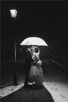 so romantic...winter kiss under a streetlight...