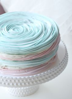 pavlova in pink and blue Easter Cake Easy, Easter Egg Cake, Easter Treats, Gorgeous Cakes, Pretty Cakes, Amazing Cakes, Baked Meringue, Meringue Frosting, Pavlova