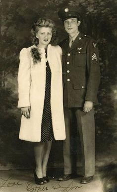 42 Vintage Snapshots That Show What Couples Wore in the ~ vintage everyday - Black and White Inspiration - Vintage Couples, Vintage Wedding Photos, Vintage Love, Vintage Photos, 1940s Photos, Vintage Men, 1940s Fashion, Vintage Fashion, Fashion Top