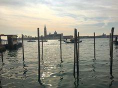 ••  Parking de gondole ➰ Parking of gondola  Venezia ( Italy ) Une photo un peu insolite pour cette soirée. Lors de notre week-end à Venise, non loin de la grande place San Marco, le parking à gondole était complètement vide. Il laisse néanmoins place à une très belle vue sur les petites iles alentours. Il n'y avait pas beaucoup de touristes à cette période, mais les gondoles sont toujours en déplacement dans les superbes ruelles de Venise. Nous n'avons pas fait de tour en gondole, car nous…