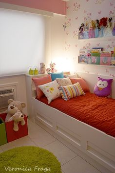 Barbie storage rnrnSource by Small Room Bedroom, Girls Bedroom, Bedroom Ideas, Barbie Storage, Childrens Bedroom Decor, Home And Deco, Little Girl Rooms, Kid Beds, Kids Room