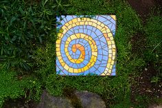 The bold contrasting colors of this simple spiral design have big visual impact. Image: Justin Myers