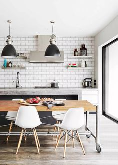 New York warehouse-style kitchen Warehouse Kitchen, Warehouse Shelving, Warehouse Apartment, Apartment Kitchen, Warehouse Plan, Kitchen New York, Kitchen Dining, Industrial Interiors, Industrial Kitchens