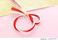 和紙と紅白の水引のリースで正月イメージ ピンク 横