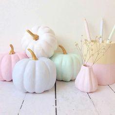 22 Pastel Décor Ideas For An Unique Halloween Celebration - Shelterness Pink Halloween, Happy Halloween, Kawaii Halloween, Halloween Kitchen, Spooky Halloween, Halloween Party, Pastel Decor, Pastel Colors, Pastel Palette