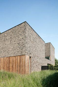 Dom z cegły. Minimal Architecture, Brick Architecture, Residential Architecture, Contemporary Architecture, Interior Architecture, Stone Facade, Brick Facade, Retreat House, Brick Building