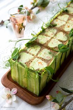 (a sandwich cake made with cucumber and salmon) Sandwhich Cake, Sandwich Torte, Tee Sandwiches, Salad Cake, Finnish Recipes, Salmon Sandwich, Savoury Cake, Food Design, Food Presentation