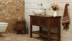 Country koupelna s nádechem venskovského stylu. Výborným základem pro venkovský styl je využití vzhledu pálených cihel, dřeva či prken s puncem patiny. Laundry Room, Country, Vanity, Bathroom, Dressing Tables, Washroom, Powder Room, Rural Area, Vanity Set