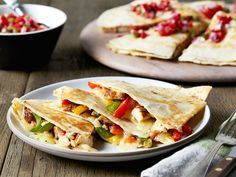 The Pioneer Woman's Easy Chicken Quesadilla Recipe Will Be Your Favorite Weeknight Dinner I always have a hard time thinking up new meals to make during my busy weeks. Luckily I love to be in the kitchen and I find it relaxing, but there are some day Easy Chicken Quesadilla Recipe, Quesadilla Recipes, Chicken Quesadillas, Breakfast Quesadilla, Eat Breakfast, Mexican Dishes, Mexican Food Recipes, Ethnic Recipes, Dinner Recipes