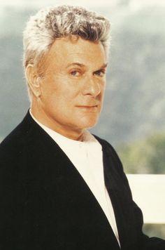Tony Curtis, de son vrai nom Bernard Schwartz, est un acteur et producteur américain, né le 3 juin 1925 à New York (États-Unis), et mort le 29 septembre 2010[1] à son domicile[2] à Henderson[3],[4], dans le Nevada. Il fut marié à l'actrice Janet Leigh, mère de sa fille Jamie Lee Curtis, elle-même comédienne
