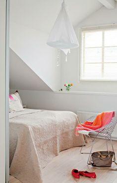 Makuuhuoneessa on edelliseen asuntoon ostettu Harry Bertoian Diamond-tuoli. Brita Flanderin kangasvalaisimen nimi on Hölmöläisen säkki. Vuode on Hästensin   Valon vintti   Koti ja keittiö
