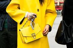Manteau et sac jaune à la Fashion Week automne-hiver 2016-2017 de Paris Photo par Sandra Semburg