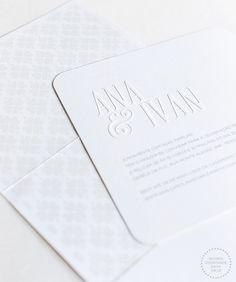 Convite quadrado com cantos arredondados todo branco com o nome dos noivos em relevo seco ( Convite: Phatt Design | Foto: Roberto Tamer )
