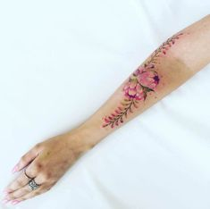 Botanical Tattoos Inspired by Garden Walks by Pis Saro | Colossal Tattoo Designs, Floral Tattoo Design, Trendy Tattoos, Cool Tattoos, Nerd Tattoos, Pis Saro Tattoo, Natur Tattoos, Aquarell Tattoos, Plant Tattoo