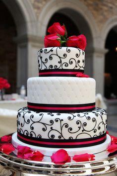 Bolo moderno no qual tem um toque de sofisticação mas sem exagero e o mesmo mistura vermelho nas rosas, preto nos arabescos e um lindo acolchoado com pérolas