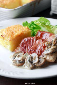 Filety z kurczaka z sosem pieczarkowym, podawane z ziemniakami gratin.