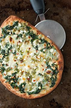 Three Cheese Pesto Spinach Flatbread Pizza Recipe - Peas and Crayons Aiming to eat more veggies? This Three Cheese Pesto Spinach Flatbread Pizza packs an entire box of spinach into one gloriously cheesy single-serving pizza! Naan Pizza, Pizza Pizza, Nan Bread Pizza, Grilled Flatbread Pizza, Naan Flatbread, Grilled Pizza Recipes, Spinach Recipes, Healthy Recipes, Gourmet Recipes