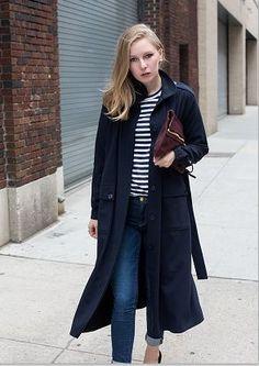 黒のロングトレンチコートとジーンズ着こなしコーデ