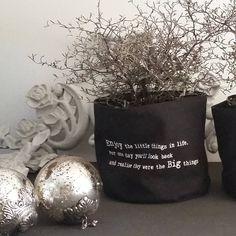 Dit vind ik zo'n mooie tekst. Geniet van alle mooie en kleine dingen in het leven #enjoy #little #things #life #love #christmas #home #kerstballen #corokia #landelijkesfeer #kerstmis #liefde #familytime