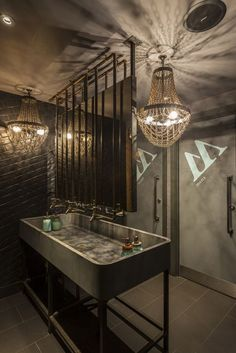 A decoração industrial está vindo com tudo em ambientes púbicos : Industrial decor style is perfect for any interior. An industrial bathroom is always a good idea. See more excellent decor tips here:http://www.pinterest.com/vintageinstyle/