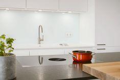 Das Kochfeld mit integriertem Dunstabzug ist von Bora und hat den Vorteil, dass es zwei Geräte in einem verbindet. Außerdem hat man in Kopfhöhe keinen störenden Dunstabzug hängen. Das bringt auch einen optischen Vorteil - freien Blick auf die ganze Einbauküche. Küchen Design, Sink, Home Decor, Kitchen Inspiration, Kitchen Contemporary, Sink Tops, Vessel Sink, Decoration Home, Room Decor