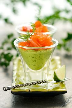 Avocado Dill Mousse & Smoked Salmon Verrine (omit dairy from avocado mix and substitute mayo and/or coconut cream. For coconut cream, chill canned coconut milk overnight and use only the solid portion) Snacks Für Party, Appetizers For Party, Appetizer Recipes, Gourmet Appetizers, Salmon Y Aguacate, Avocado Mousse, Smoked Salmon Mousse, Smoked Salmon Canapes, Salmon Terrine