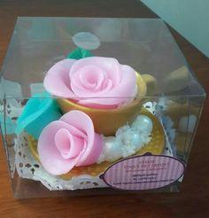 Linda xícara de chá e o perfume é encantador assim como essas rosas!
